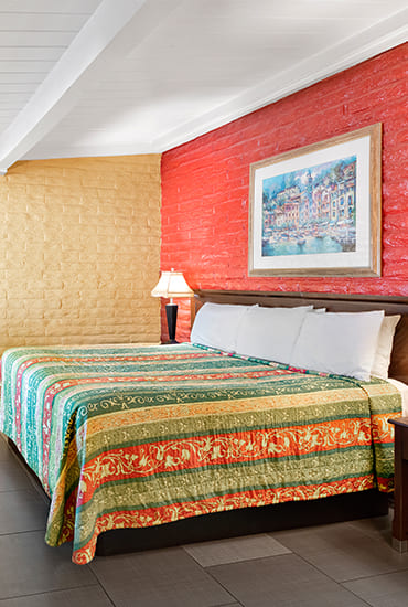 SPACIOUS GUEST ROOMS, FANTASTIC CENTRAL VALLEY LOCATION, LIFESTYLE AMENITIES